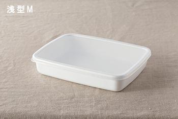 お肉の仕込みやマリネに丁度い浅型もあります。清潔感のある白い琺瑯だから、そのまま食卓に置いても良さそうです。
