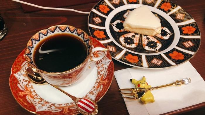 カップにソーサー、お皿にカトラリーレストまでこだわった素敵なアンティーク食器の数々には大変こだわりを感じます。スイーツ類も大変評判で、特にチーズケーキはぜひ食べていただきたい一品です。