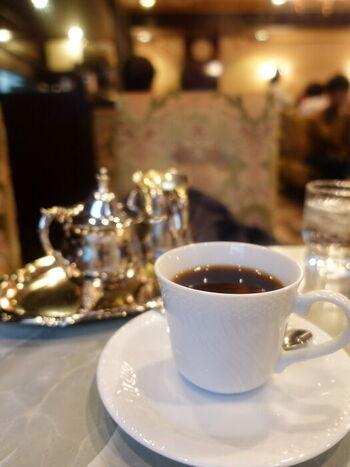 すっきりとした印象のコーヒーは店員さんがカップにその場で次いでくれます。おかわりは半額でいただけますよ。喫茶店ならではのアメリカンも、更にすっきりと美味しくいただけます。