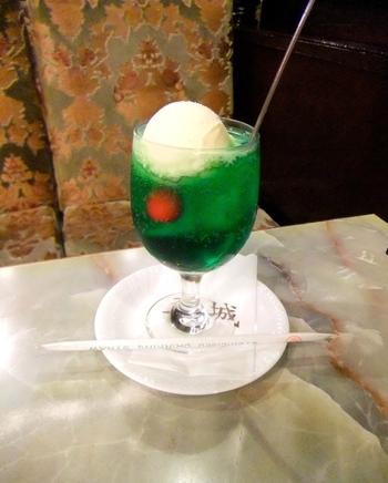 喫茶店らしい飲み物の代表格であるクリームソーダは綺麗な緑色にぽってりとしたアイスクリームがとても美味しいです。その他レモンスカッシュにウインナーコーヒーなど、たくさんのメニューが揃っています。