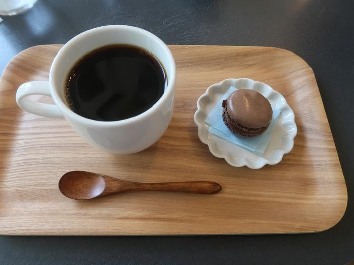注文後に一杯ずつ丁寧にドリップされた、こっくりとしたコーヒーは誰の口にも合うような癖のないお味です。コロンとした形が素敵なマカロンとのセットは、ゆったりと流れる時間を甘く演出してくれます。