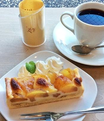 見た目にも可愛らしいアップルパイは、リンゴの甘酸っぱさが大変美味しい人気のスイーツです。芸術作品に触れた余韻を楽しみながらゆっくりとコーヒーを楽しめる空間です。