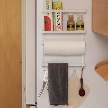 冷蔵庫の横にスペースはありませんか?開いているなら、こんなラックがあれば、冷蔵庫周りがもっとスッキリしそう。よく使うツールを厳選して集めたい。