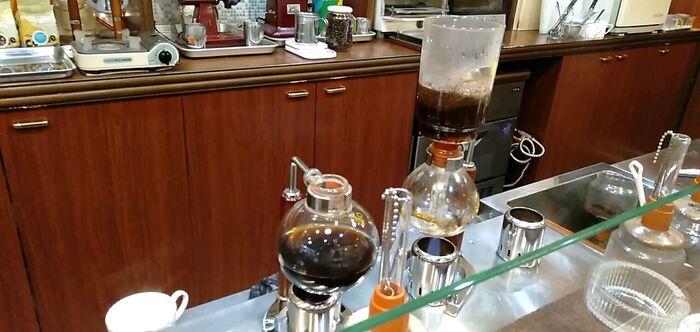 イワムラ珈琲店はオーナーお1人で切り盛りされており、今では珍しくなったサイフォン式でコーヒーを淹れてくれます。豆の風味が大変良く、味わい深いプレミアムブレンドは、日常の忙しさを忘れてしまう程ゆったりとした気分にさせてくれます。