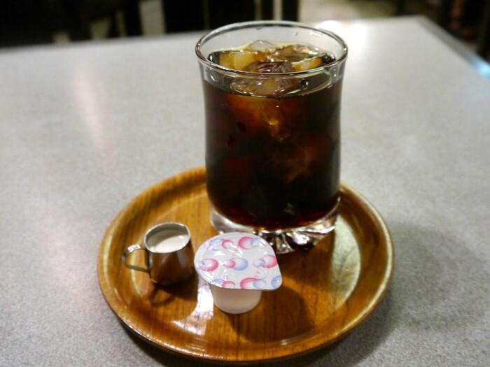 ホットコーヒーはサイフォン、アイスコーヒーはドリップ方式で丁寧に作られています。おすすめのコーヒーは外の看板でも紹介されているので、必見ですよ。