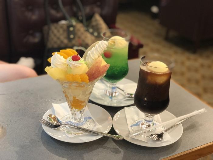 喫茶店らしく、クリームソーダやコーヒーフロートなど懐かしのドリンクが揃い、デザート類が充実していることでも有名です。フルーツや生クリームが盛り盛りのパフェは、大人でもワクワクする程のボリュームとノスタルジーさを感じる人気メニューです。