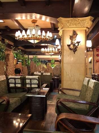 1963年に創業された上野の中でもかなり歴史のあるレトロ喫茶店です。地下にある隠れ家的な喫茶店ですが、地下への階段途中にステンドグラスが迎えてくれるなど、高級感があります。  シャンデリアに革張りソファーと、まるでタイムスリップしたかのような雰囲気が楽しめます。