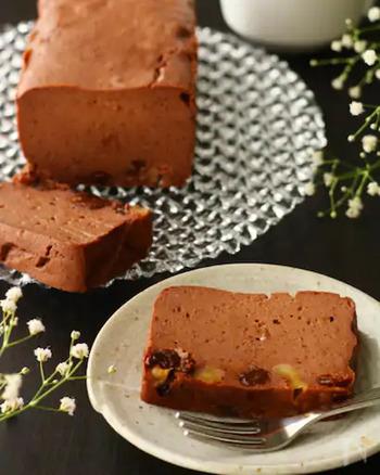 カロリーを気にしている方には、お豆腐を使ったヘルシーなこちらのレシピはいかがでしょう。くるみの食感がアクセントとなったテリーヌのようなケーキ。ブラックの板チョコを使うと濃いめの色が出るとのことです。