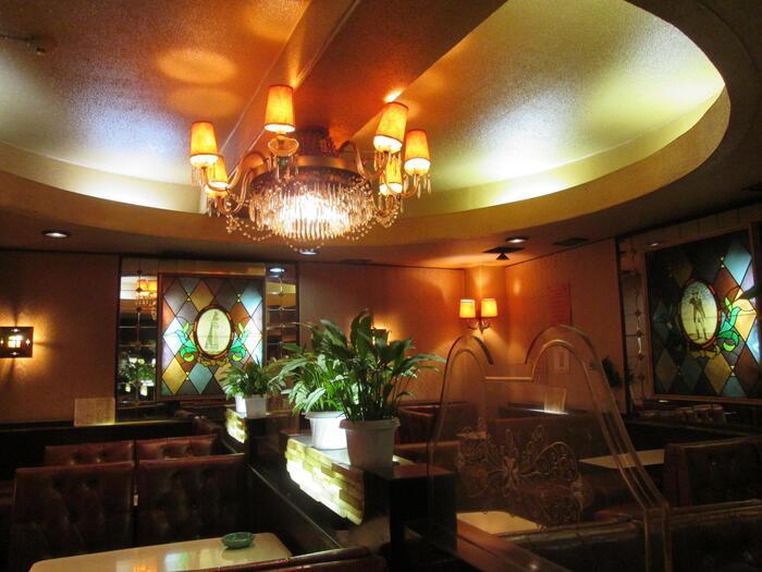 御徒町駅からすぐの場所にある人気の喫茶店です。落ち着いた照明にシャンデリア、ステンドグラスと昭和の高級喫茶店がそのままの姿で残っている貴重なお店です。入口のカレンダーでは今はほとんど見かけないピンクの公衆電話がありますよ。