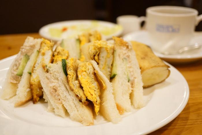 こちらで人気の食事メニューは「卵サンド」です。ゆで卵をマヨネーズで絡める卵ではなく、厚焼き風の卵が挟まったサンドイッチは、とても懐かしさを感じますよ。ランチや軽食に大変人気です。