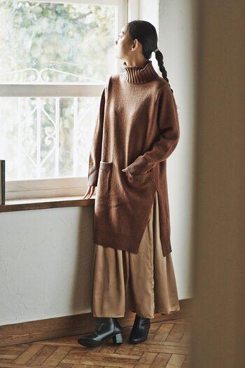 ワンピースにスカートをインするコーデは、スカートの素材できちんと感をプラスできるのでおすすめ。冬のオフィスカジュアルにぜひ取り入れてみて。
