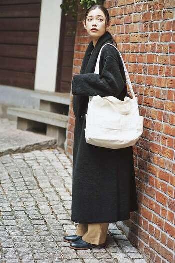 流行のボアコートはカジュアルな印象ですが、黒ならきちんと感が出ます。抜け感を出したい冬のオフィスカジュアルにおすすめです。
