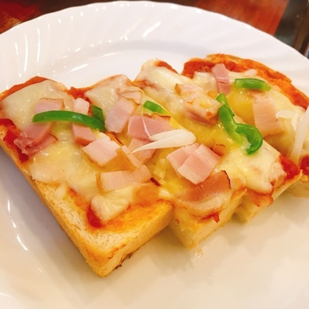 ピザトーストにナポリタン、ピラフなど喫茶店ならではのメニューに加え、生姜焼き定食などは男性のランチでも人気のメニューとなっています。