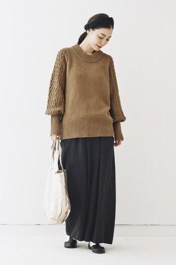 袖にのみざっくりとした編み方を使った技ありニット。冬のオフィスカジュアルにも便利そうです。丸襟が女性らしいですね。