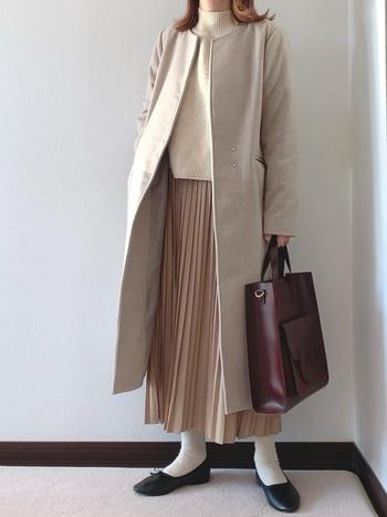 プリーツスカートのような柔らかく、風になびくような素材を使うと、春らしい印象のコーデに。