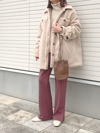 白のボアコートは、春カラーとの相性もぴったり。中はしっかりセーターで防寒しつつも、季節感のあるコーデになっています。