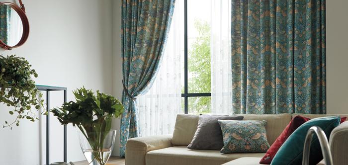 ヨーロピアンスタイルやクラシックインテリアのアクセントには、重厚感漂うWilliam Morris(ウィリアム・モリス)のカーテンも人気です。こちらは世界中で愛されているモリスの代表作、〈いちご泥棒〉の素敵なオーダーカーテン。苺をついばむ鳥を描いた美しい絵柄と、合わせ鏡のようなシンメトリーなパターン構成が特徴です。