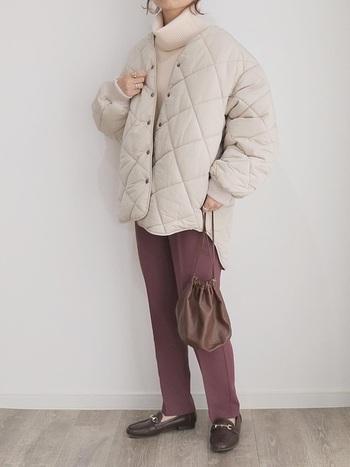 重たく見えがちなすこし厚手のキルティングコートも、白なら軽やかに着こなせます。白×ピンクにブラウンの小物を合わせて引き締めつつまとめて。