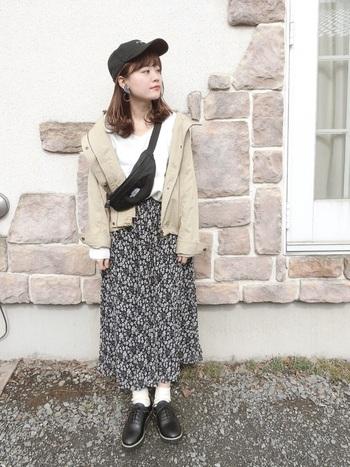 女性らしいスカートにカジュアルアウター&小物を合わせたカジュアルMIXコーデ。色数を抑えることで大人っぽく仕上がっています。