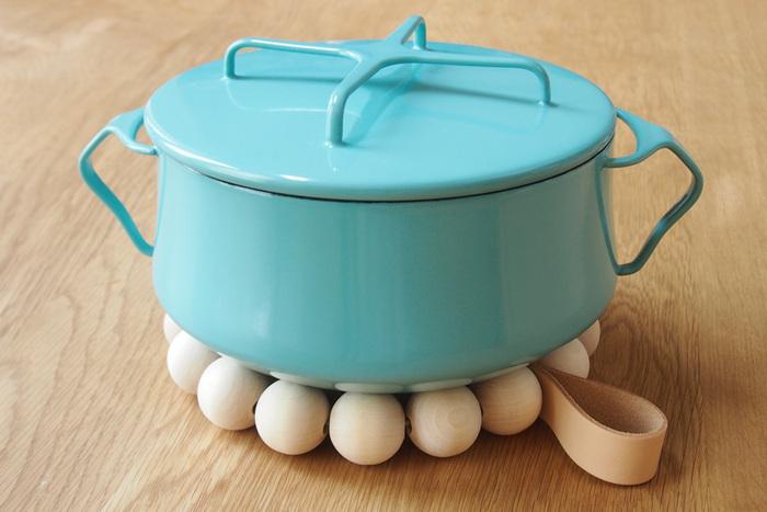 お鍋を乗せるとこんな感じ。下から覗くボール玉がなんとも言えない表情です。大皿でグラタンを作った時などに敷くと、北欧ムード満点でとっても素敵ですよ!