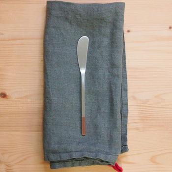 一度お気に入りを手に入れたら長年愛用することになるバターナイフも、こだわって選びたい一品だったりします。急すぎないカーブはバターを優しく丁寧に伸ばすのにピッタリの形。