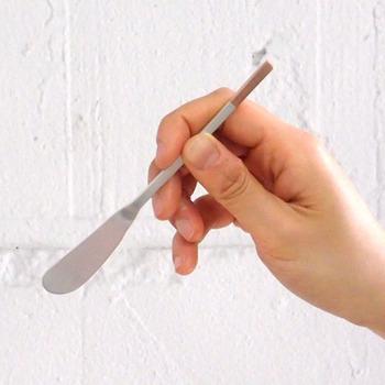 """長方形の持ち手は滑りにくく、手に馴染むサイズ感。ポイントのあるデザインなので、カトラリー入れの中でも""""あれ、どこに行った?""""が防げます。"""