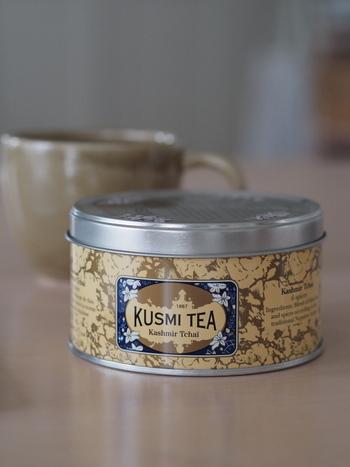 インド式チャイなど、本場ではミルクや砂糖を入れ、とても甘くしていただくことで知られている「チャイ」。スパイシーな香りで、好きな方も多いのではないでしょうか。  クスミティーでも、そのチャイを楽しめる商品があるんですよ。