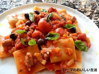 トマトをたっぷり使ったバジル風味のソースに、ゆでたパッケリを加えます。パッケリは、大きな穴が開いた筒状のパスタ。食べ応えがあり、サルシッチャのうまみがマッチします。