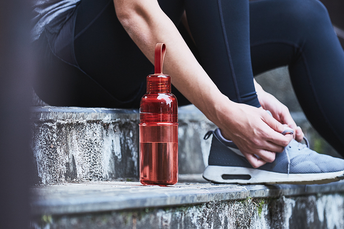 ランニングやヨガなど、スポーツをしている人にもおすすめのKINTOのワークアウトボトル。蓋を半回転させるだけで開くようになっているので、サッと水分補給ができます。持ち手が付いていてリュックにカラビナで引っかけておくのも◎プラスチック製で軽量なので、通勤や通学などでの持ち運びも楽ですね。