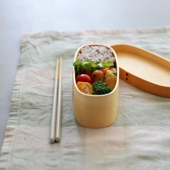 お弁当箱を新調するなら、伝統工芸品「曲げわっぱ」を選んでみてはいかがでしょう。吸湿性があるので、ごはんをおいしい状態に保つと言われています。 こちらは小食さんにもぴったりなスリムタイプ。コンパクトなのでバッグに収まりやすいメリットも。