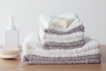 シルクのような光沢感と、フワフワのやわらかさが特徴のスーピマエンジェルタオル。極限まで甘撚りにしているため、ふかふか感とともにしっとり感もあります。洗顔やお風呂上りにやわらかいタオルに包まれたいという人は、ぜひ試してみてはいかがでしょうか。