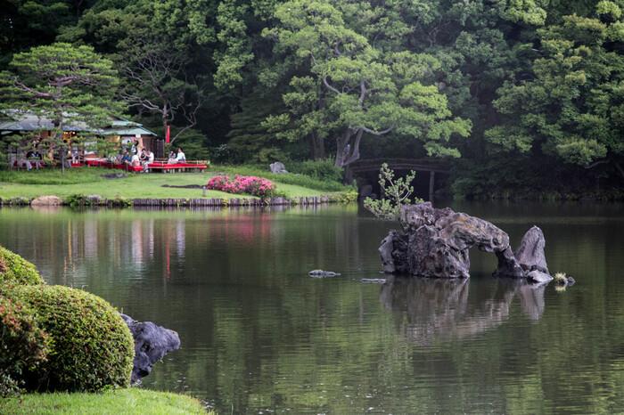 """日本古来の和歌の世界を表現した国の特別名勝である「六義園」は、駒込駅や千石駅から徒歩7分ほどで到着できます。大きな池や、2枚の大岩でできた""""渡月橋""""など見どころもたくさんあります*"""