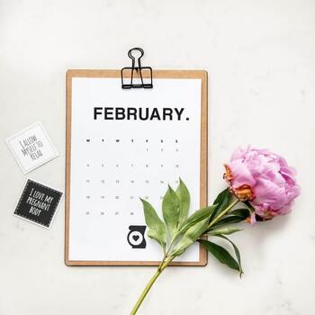 針供養が2月8日、もしくは12月8日に行われる理由は、その両日が「事八日(ことようか)」と呼ばれる重要な日だからです。かつて12月8日は農作業など一年の仕事を終える「事納め」の日であり、2月8日はまた一年が始まる「事始め」の日とされました。ただし、西日本では事始めと事納めの捉え方が違うため、今でも針供養の日が違っているのです。