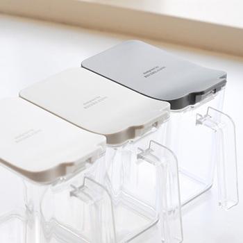 シンプルな形とデザインの保存容器は、クリアな見た目とベーシックな蓋の色合いがスタイリッシュです。片手で蓋の開閉ができるから、お料理中でも使いやすい。