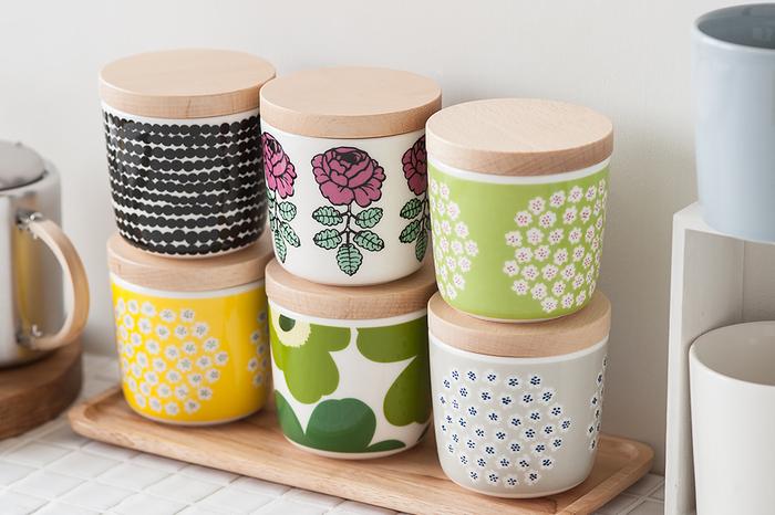 マグとしても使える容器はマリメッコの人気デザインが描かれていて楽し気です。木蓋と合わせれば、キッチンでも、テーブルに置いても使える調味料入れに。
