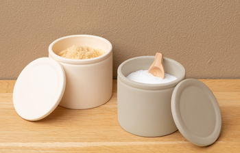 乾燥すると固まってしまう砂糖には、内側に湿度を保つため釉薬が施された砂糖壺。一方塩壺は陶器製で釉薬が施されていないから、陶器の調湿作用で湿気を逃がしてくれてサラサラを維持してくれる。