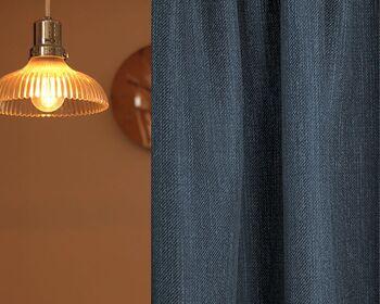 こちらはデニムのような独特の風合いが特徴の遮光カーテン〈Loud(ラウド)〉。どんなインテリアにも馴染むシンプルなデザインと、カジュアルな雰囲気が魅力的です。