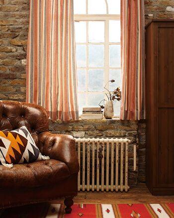 どこか懐かしさを感じるレトロなストライプ柄と、あたたかみのある色使いが人気のオーダーカーテン〈Jip(イップ)〉。素朴でナチュラルな雰囲気は、趣のあるヴィンテージ家具との相性も抜群です。