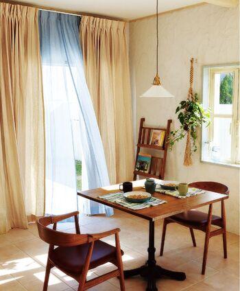 ナチュラルテイストのお部屋には、カラーや素材で様々な雰囲気を演出できる無地のカーテンもおすすめですよ。こちらは素材に綿と麻を使用し、素朴な風合いの生地に仕立てたオーダーカーテン〈Spring(スプリング)〉です。天然素材でできた優しい肌触りのカーテンは、ナチュラルな木製家具と相性抜群です。