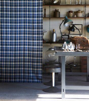 メンズライクなインテリアのアクセントには、チェックやストライプなど定番柄のカーテンも人気です。こちらは綿×麻のナチュラルな生地に洗いジワを施し、柔らかな風合いに仕上げたカラーチェックカーテン〈Pico(ピコ)〉。