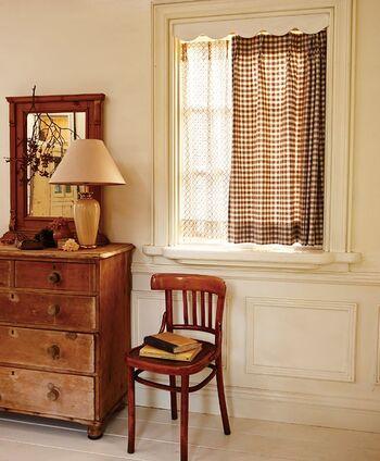 こちらは1cmサイズの小さいチェック柄が可愛い〈Gingham Check(ギンガムチェック)〉のカーテン。流行に左右されない定番のデザインなので、リビングやキッチン、寝室など、お家の中の様々な場所に取り入れやすいアイテムです。