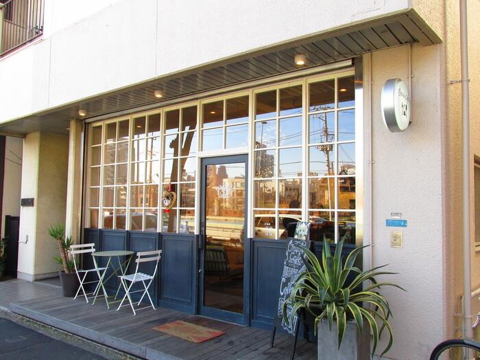 中目黒駅から徒歩5分ほどの場所にお店を構える「Onigily Cafe (オニギリーカフェ)」。可愛らしい外観が特徴のこちらのお店、しっかりご飯を食べられるので男性にも人気です。
