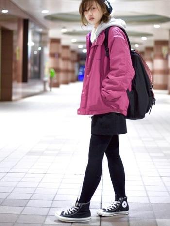 紫のウィンドブレーカーにグレーパーカーをレイヤードした、こなれ感のある着こなし。 スカートやタイツ、靴はすべて黒でまとめているので、子供っぽくならずシックな印象に。