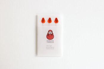 1901年に創業し、100年以上にわたってオリジナルの手芸用品を販売してきた横田株式会社は、赤いダルマ印でお馴染みの老舗メーカーです。こちらは、かつて糸のノベルティとして配布されていたまち針の復刻版。レトロなデザインが懐かしく、何ともいえない愛らしさがあります。