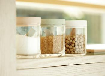 調湿性に優れた珪藻土で作られた保存容器です。蓋が珪藻土で出来ていて、食材を快適に保存してくれます。