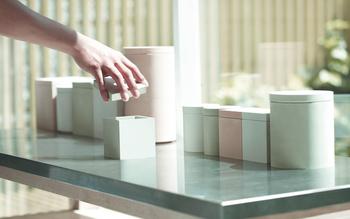 ガラスと珪藻土のコンビネーションの他、全体が珪藻土で出来た保存容器も。ニュアンスのある色合いが優しくオシャレです。