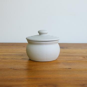 昔ながらの甕は手のひらにすっぽり収まるサイズです。お塩を入れるほか、梅干し、佃煮などを入れても良さそう。