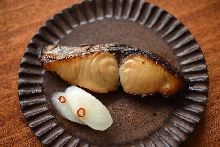 西京味噌で味噌漬けにする西京焼き。こちらのレシピでは、普通の米味噌でも作ることができるよう味噌床の配合も記載してあって参考になります。味噌床は何度か使えて漬け込んでおけるので、作り置きにも便利です。