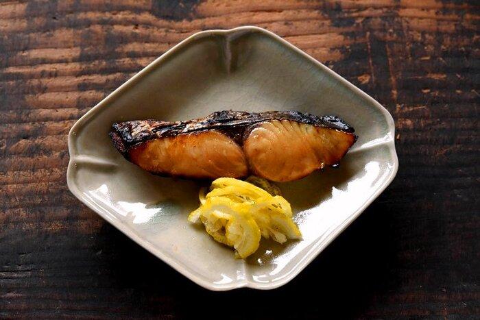 醤油・みりん・酒で漬け込む幽庵焼きは、西京焼きとはまた違った甘辛な味つけで、こちらもご飯が進むおかずになります。実は冬が旬のさわら。余った柚子の皮で作る「ゆず練り」を箸休めに添えれば、より季節感を感じることができそうです。