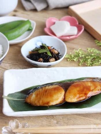 漬け込み不要でご飯が進む照り焼き。甘辛で子どもにも食べてもらいやすい魚料理です。こちらもフライパンで簡単に作りことができ、お弁当のおかずにもおすすめ!